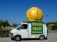 南仏、果物を売っているお店の宣伝カー