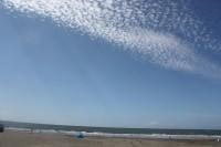 真っ白な雲、穏やかな海